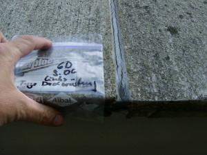 Entnahme von Material aus einer Dehnungsfuge zur Erstellung eines Schadstoffkatasters eines Gebäudes